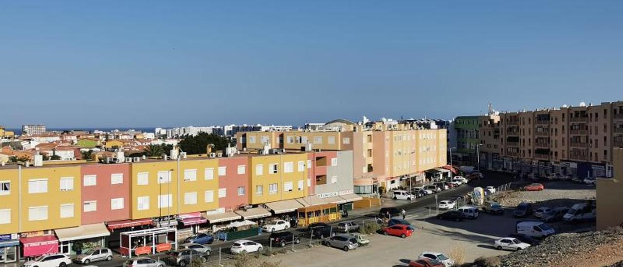 Parcelas utilizadas como aparcamiento en la zona alta de San Fernando de Maspalomas. | |