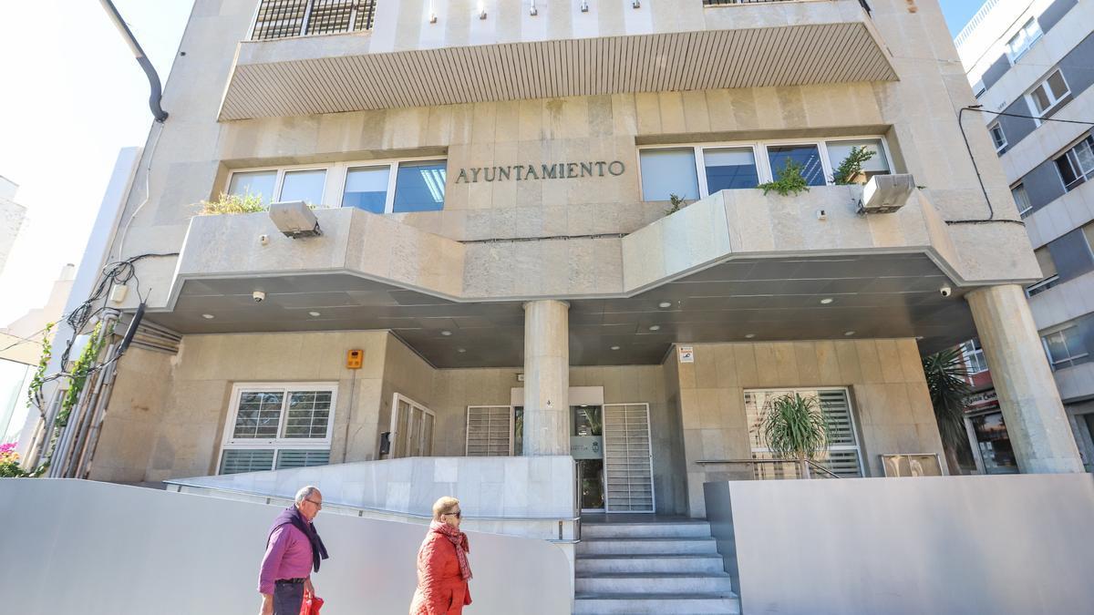 Imagen de archivo del acceso al edificio principal del Ayuntamiento de Torrevieja