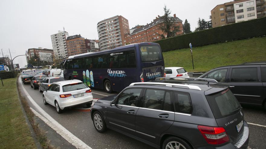 Un fallo en la red semafórica provoca grandes atascos en la entrada a Oviedo por plaza de Castilla