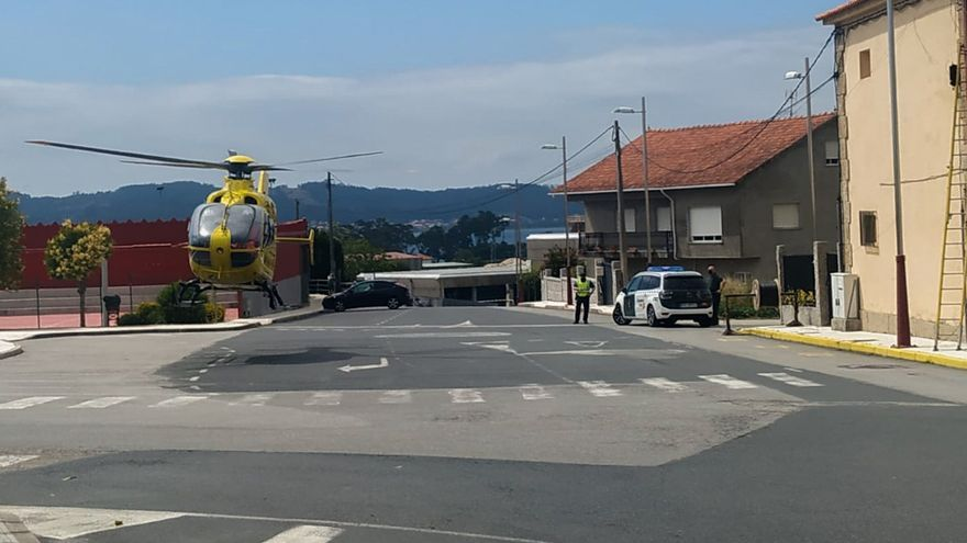 Evacuado en estado muy grave un operario en Meaño tras caerse desde un poste