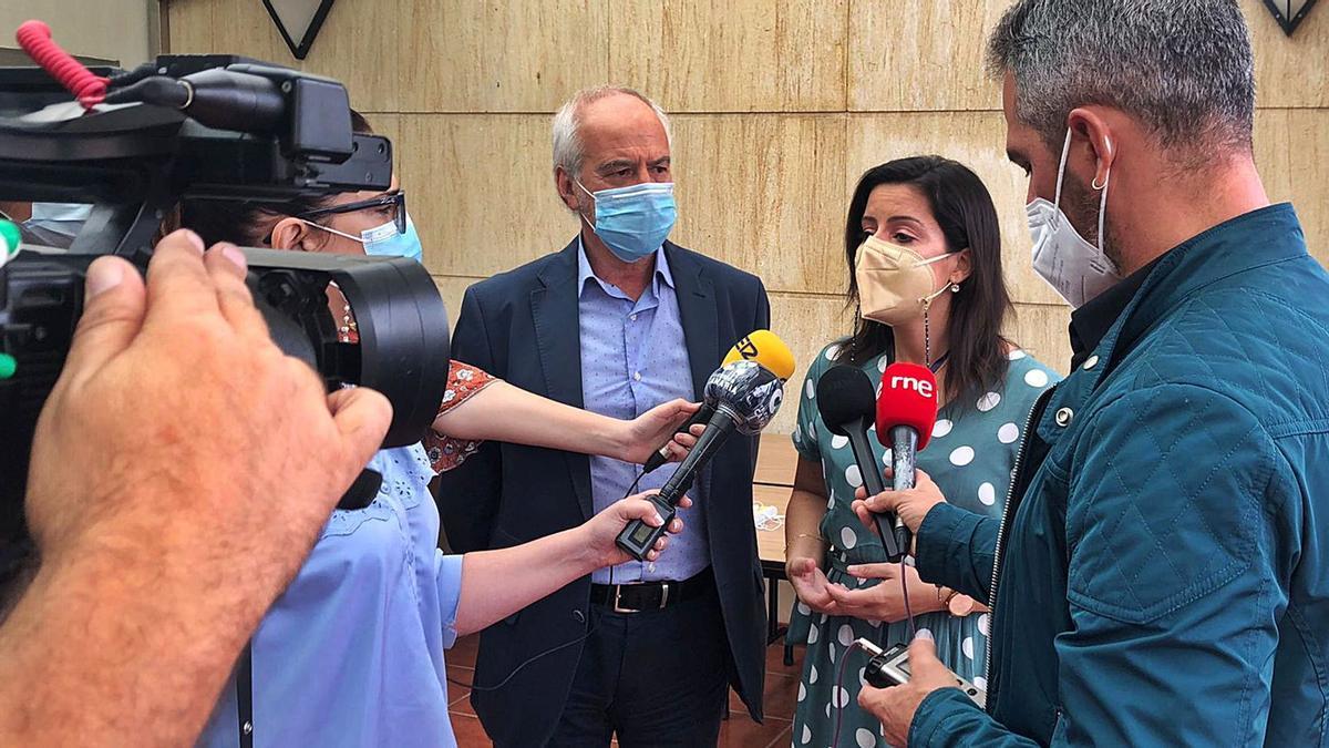 Yaiza Castilla ofrece declaraciones tras su intervención ayer en la Cámara de Comercio de Gran Canaria, a su lado el vicepresidente cameral, Santiago de Armas. | | LP/DLP