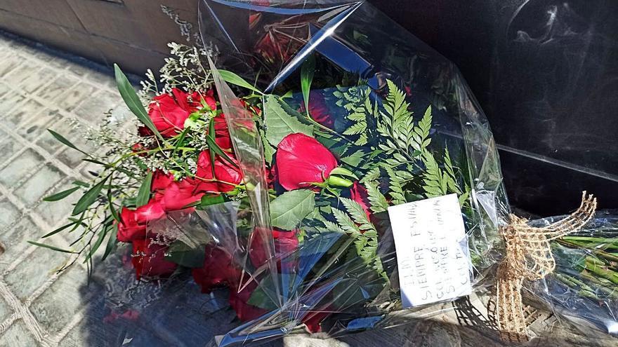Roban a las dos horas las flores que la familia de Inma dejó ante la finca ocupada