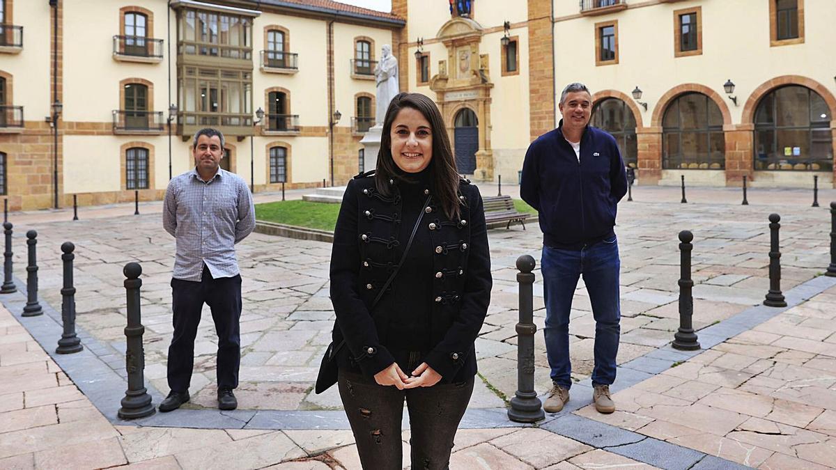 Zara Suárez, nel centru, al par de David Álvarez y Celestino Rodríguez, nel esterior de la Facultá de Psicoloxía. | Miki López
