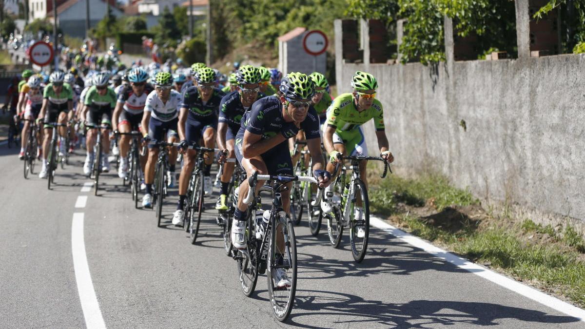 Varios corredores de la Vuelta Ciclista a España en la etapa entre Vigo y Vilagarcía de Arousa / J.L.