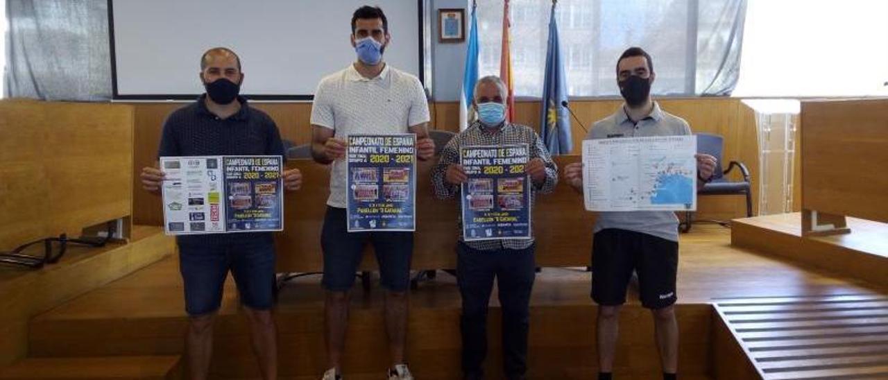 Fernández, Corrales, González y Malvido con el cartel. |  // G. NÚÑEZ