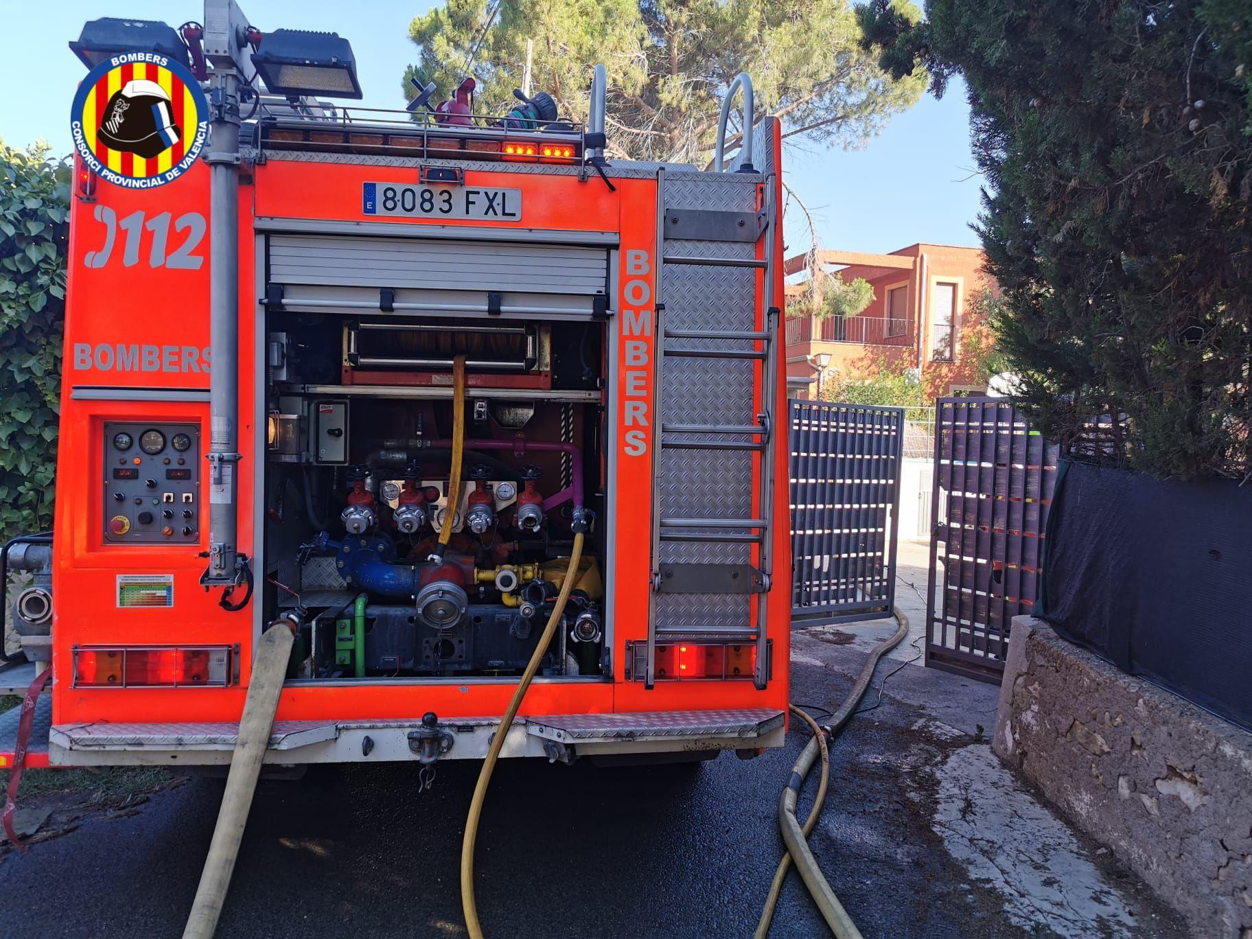 Los bomberos sofocan un incendio en Moncada