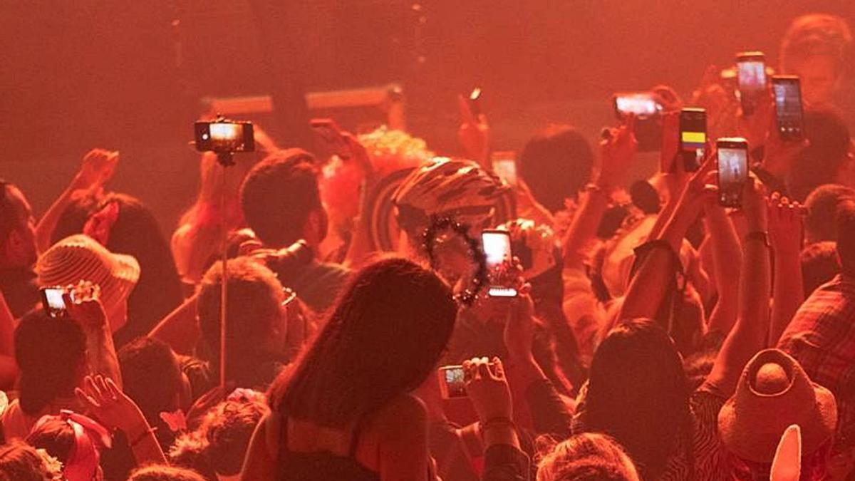 Imagen de archivo de una fiesta en una discoteca de las islas.