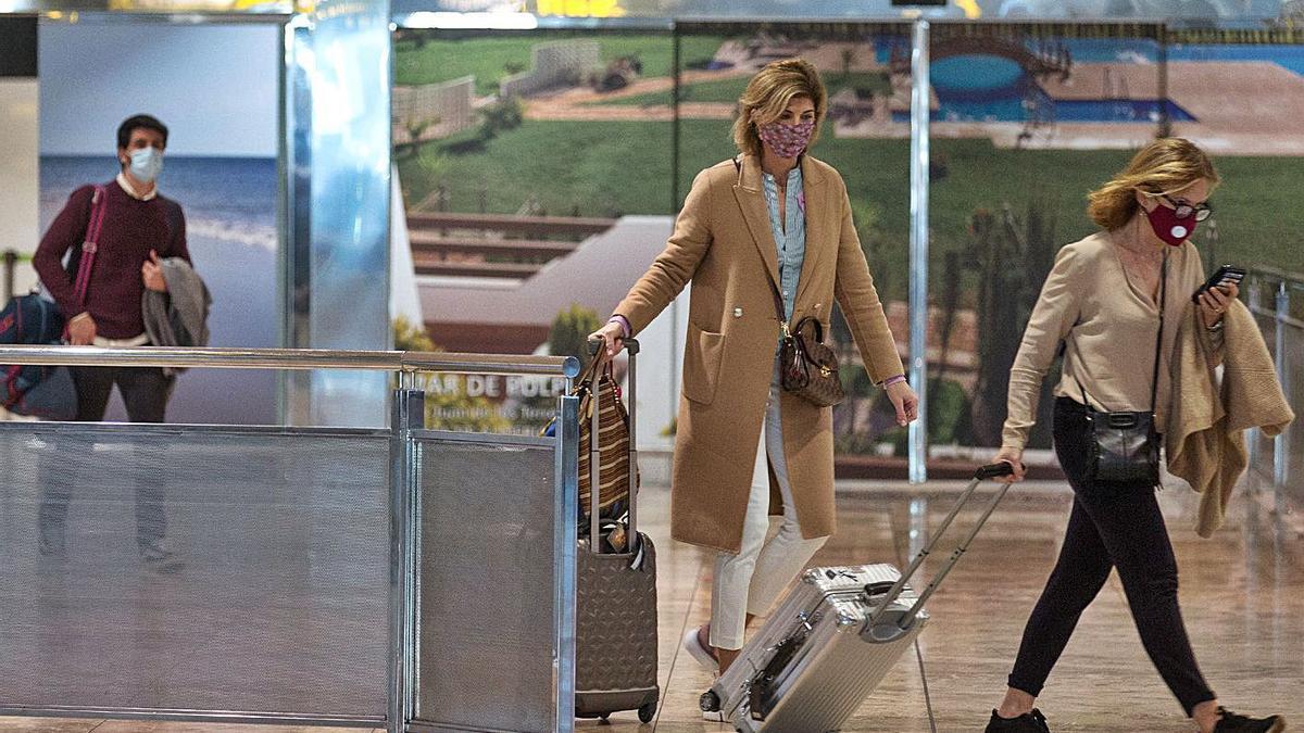 Pasajeros llegando ayer al aeropuerto de Alicante-Elche.