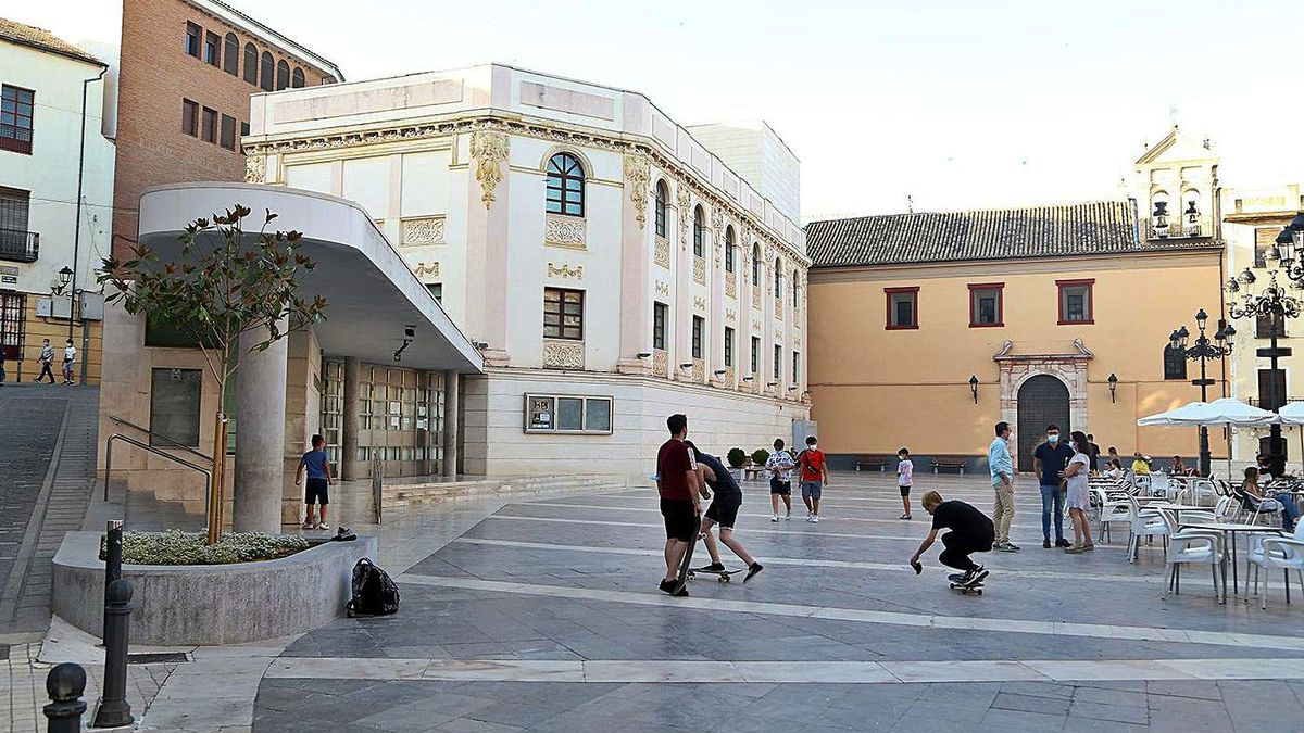 El Teatro Garnelo se sitúa en la plaza de la Rosa, frente al popular edificio de La Tercia.