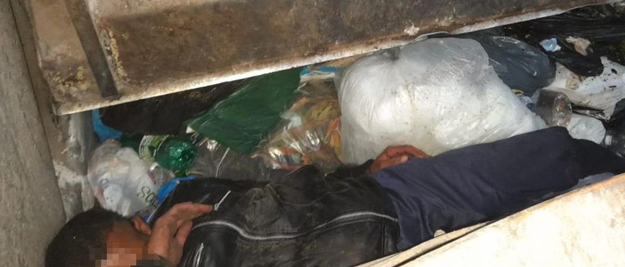 Un camión de la basura se 'traga' a un hombre escondido en un contenedor en Gran Canaria