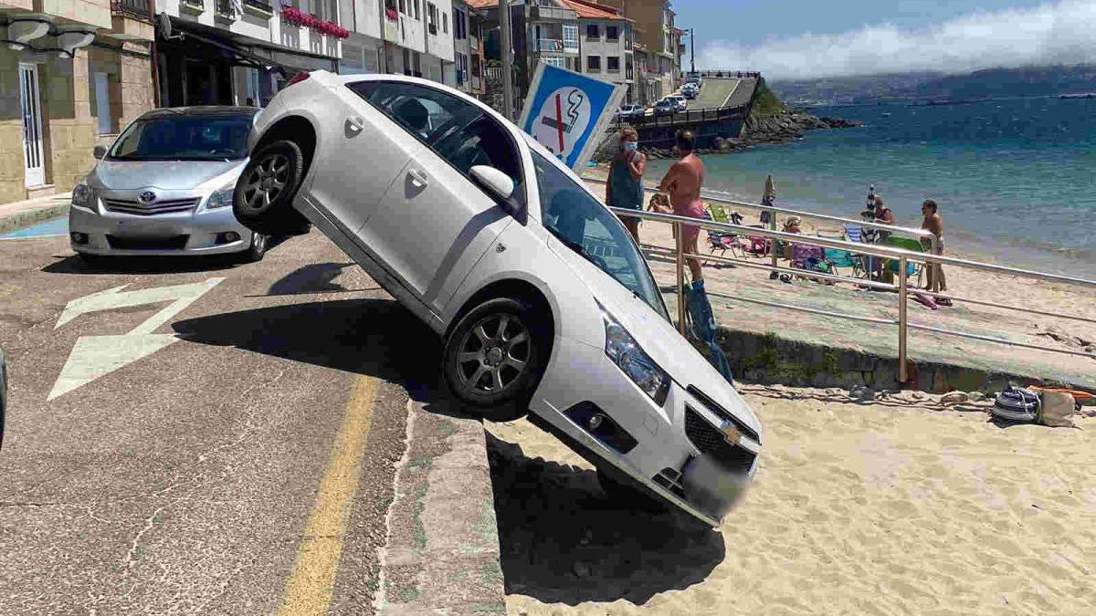 Imagen del vehículo caído en la playa de Raxó, ayer. // // Javier Parga