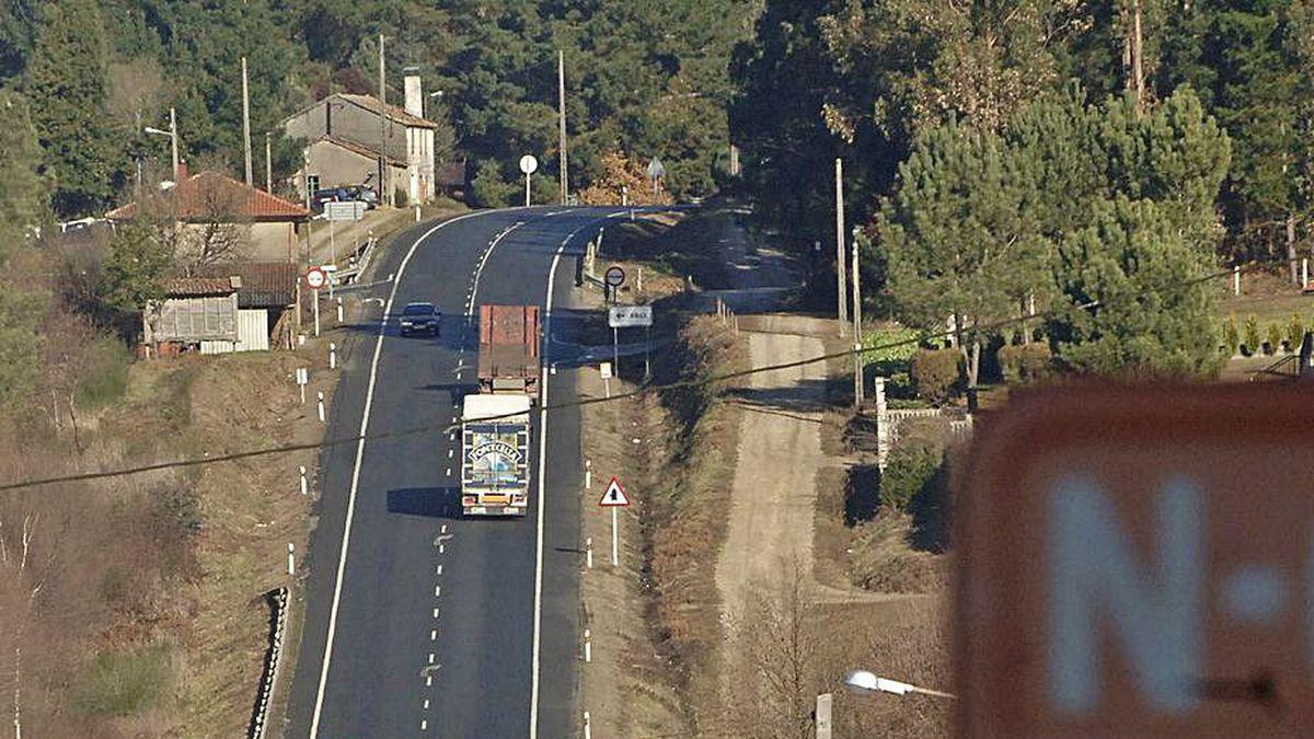 Tráfico de camiones y coches en un tramo de la N-634.