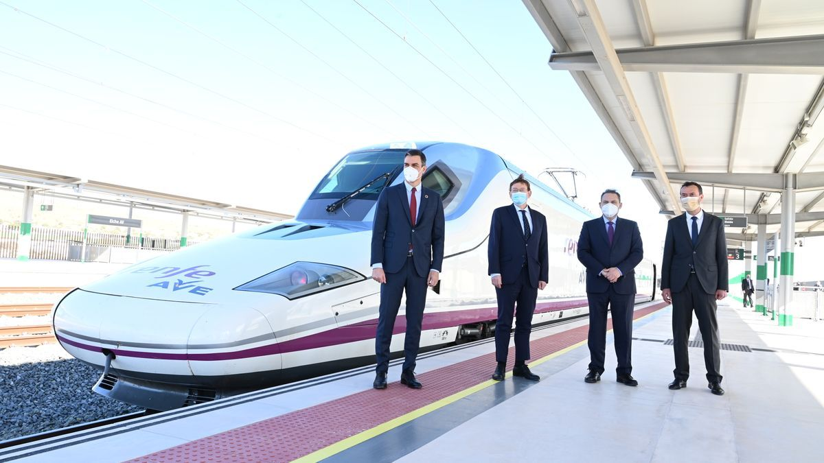Sánchez, Puig, Ábalos and González, today at the AVE station in Elche