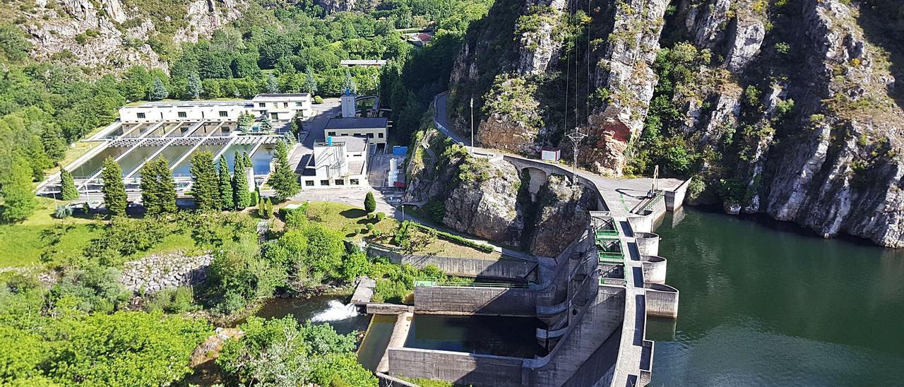La estación de tratamiento de agua de Rioseco y la presa.   L. M. D.