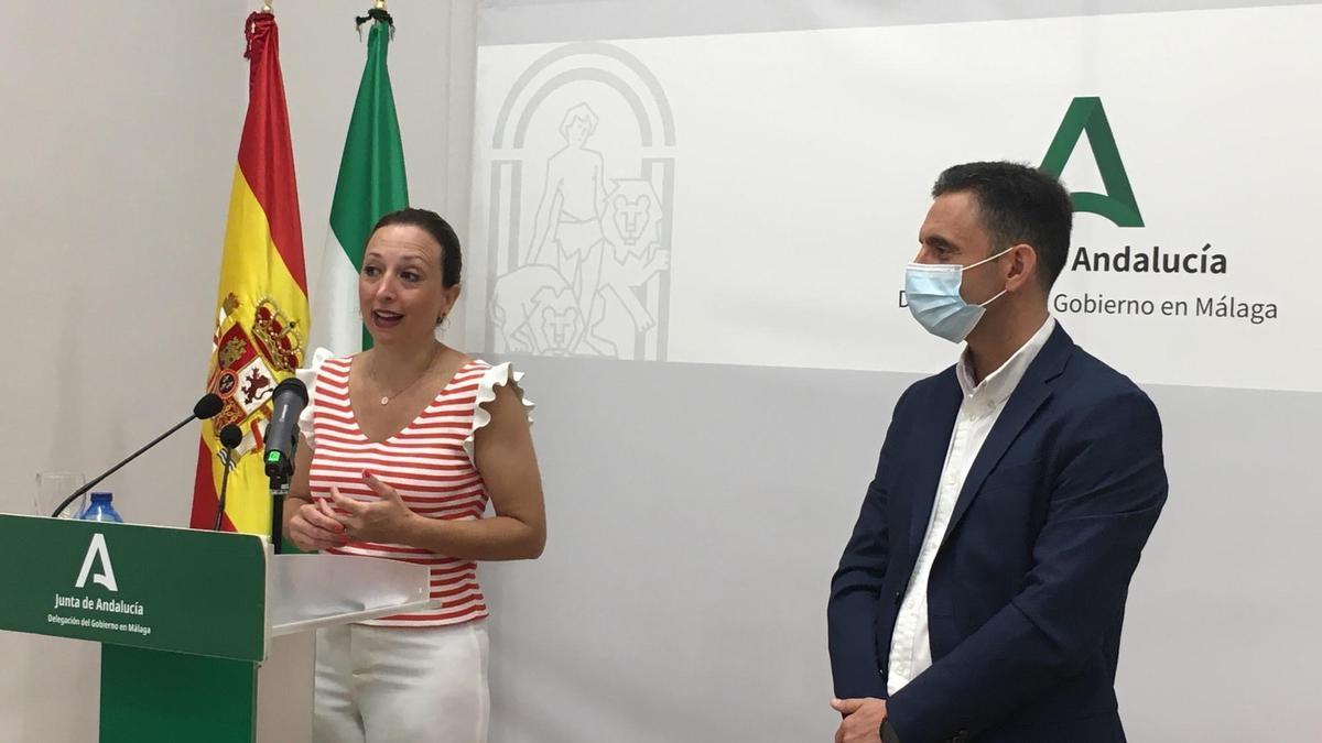 La delegada del Gobierno andaluz en Málaga, Patricia Navarro, y el alcalde de Ojén, José Antonio Gómez.