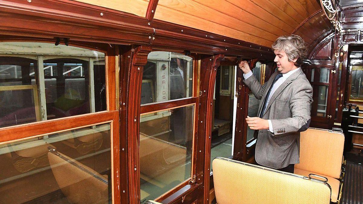 El director de la Compañía de Tranvías, Ignacio Prada, en el interior de un antiguo tranvía.