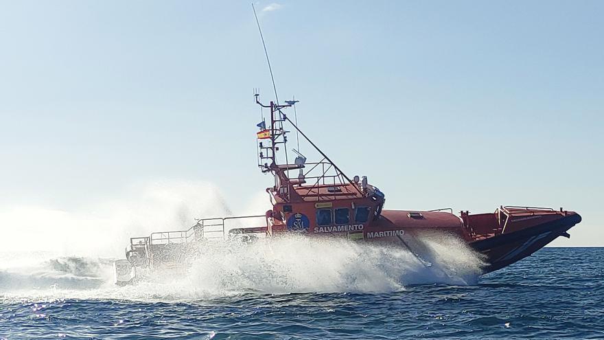Salvamento Marítimo rescata un velero que encalló en El Pajar