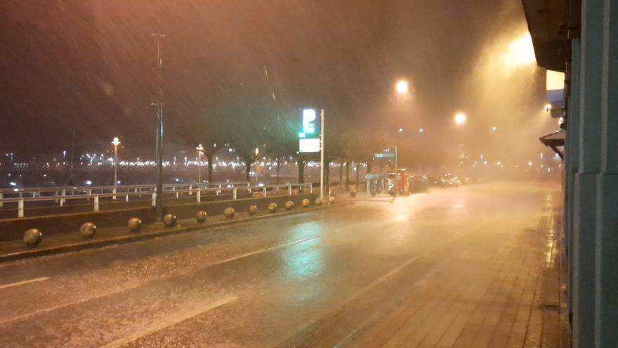 Las espectaculares imágenes del temporal en Gijón: la lluvia y las rachas de viento complican la circulación