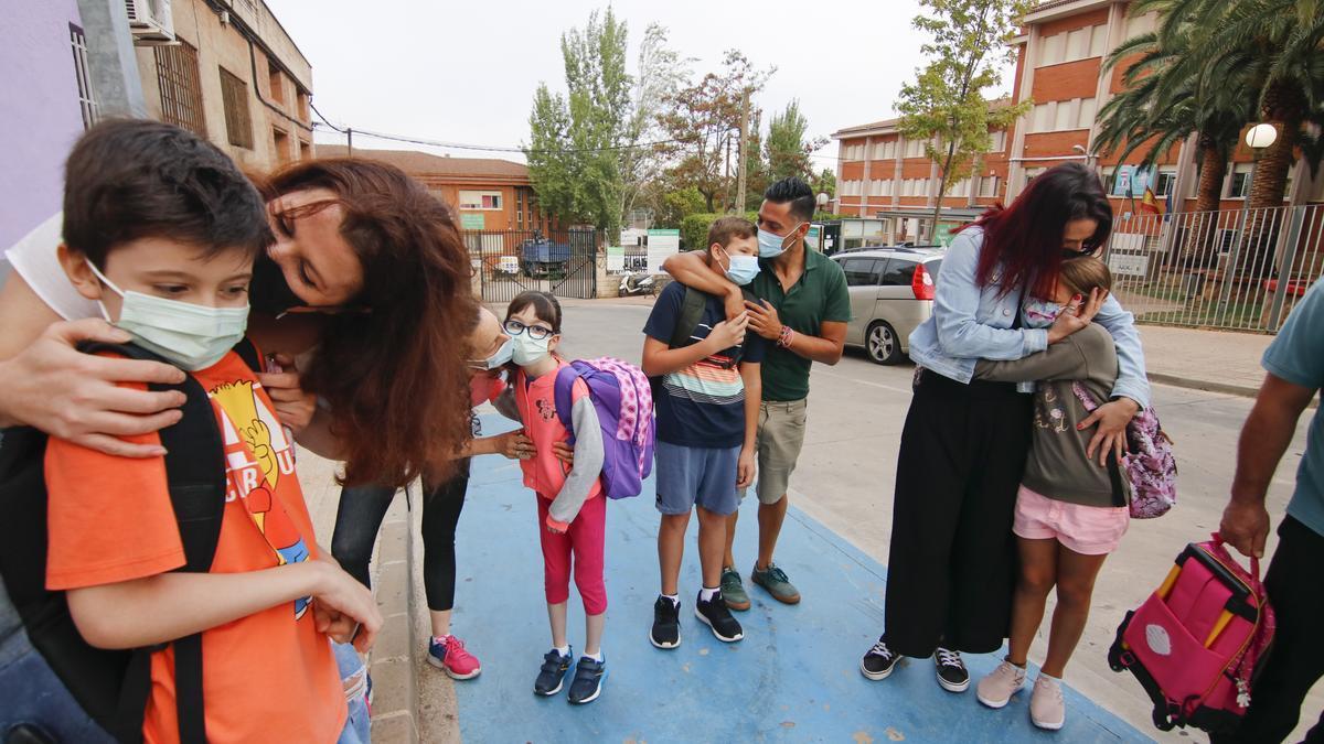 Madres y padres despiden a sus hijos antes de entrar en el colegio Francisco Pizarro de Cáceres, esta mañana.