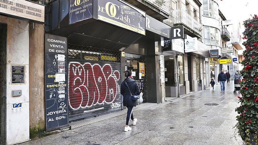 Pintadas vandálicas afean la calle más transitada de Vigo