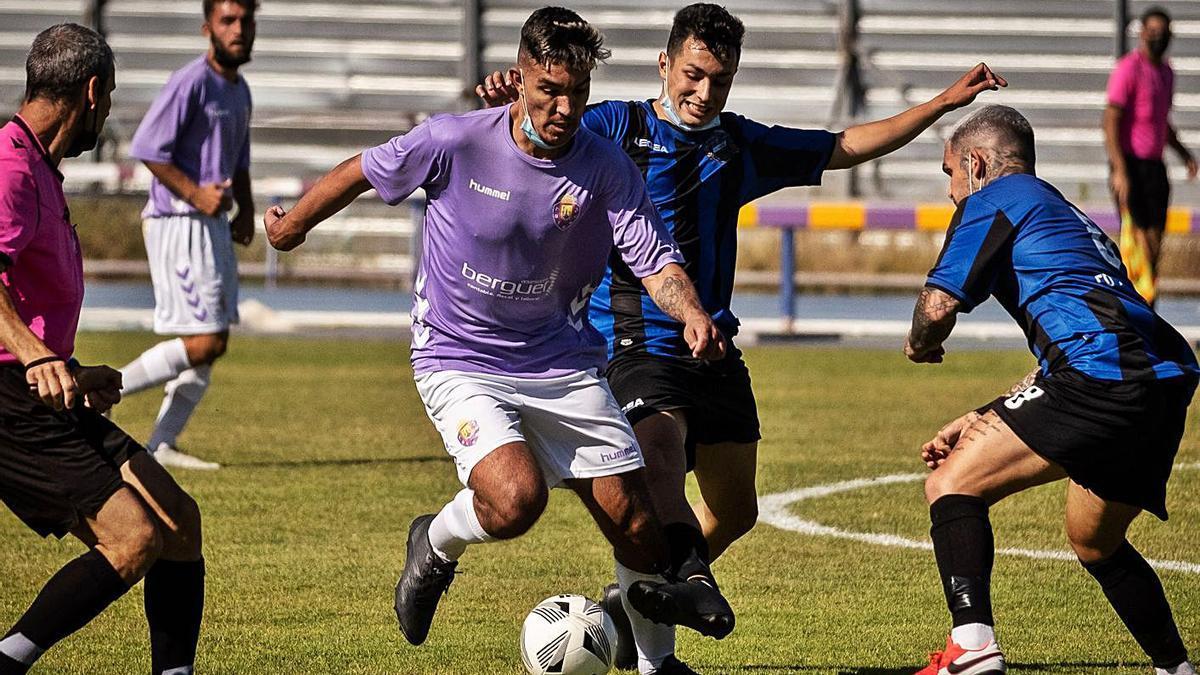 Una jugada del partido de Preferente jugado en el Francisco Peraza, entre el Laguna y el Arguijón.