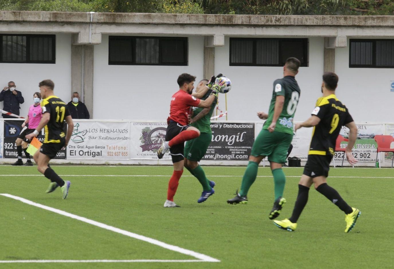 Partido de fútbol entre el Tacoronte y el Atlético Paso