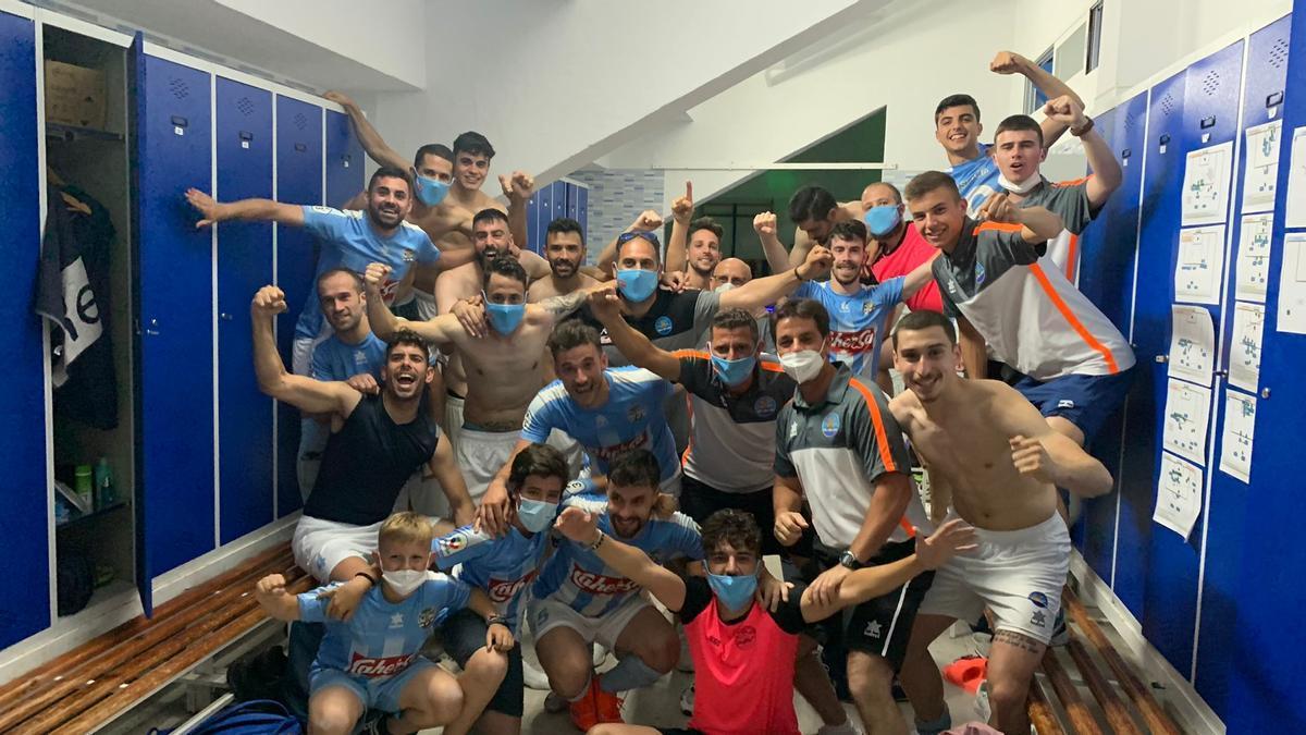 Los jugadores del Coria festejan en el vestuario la clasificación para la final por el ascenso.