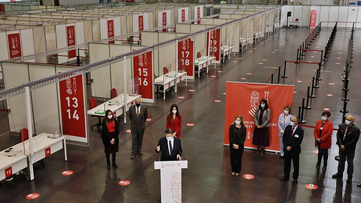 El 'president' de la Generalitat, Ximo Puig, desgrana la llegada de dosis en su visita al vacunódromo de la Ciudad de la Luz de Alicante, ayer.  | EFE