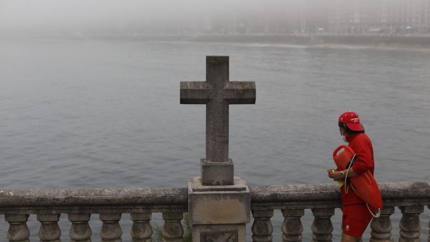 La bruma cubre el litoral de Gijón