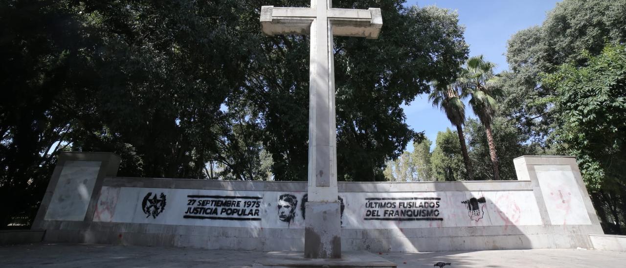 Pintadas en la Cruz del paseo Ribalta de Castelló, este lunes.