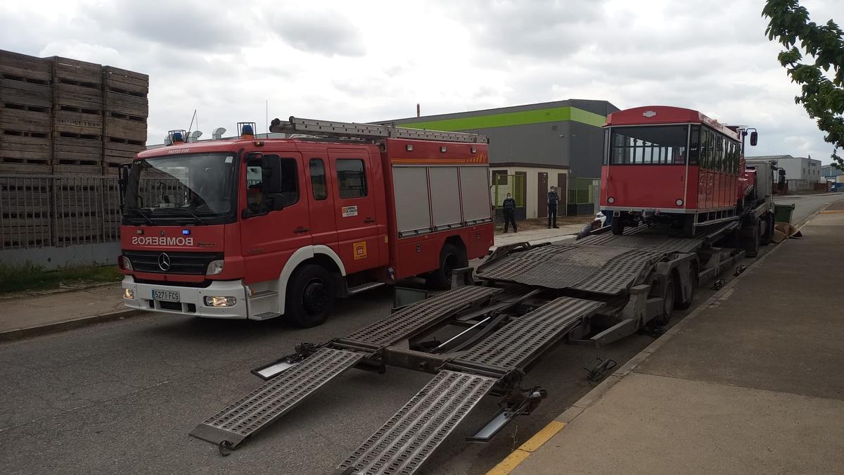 El trabajador ha sido extraído de debajo del tren colocado sobre el camión de la derecha. .