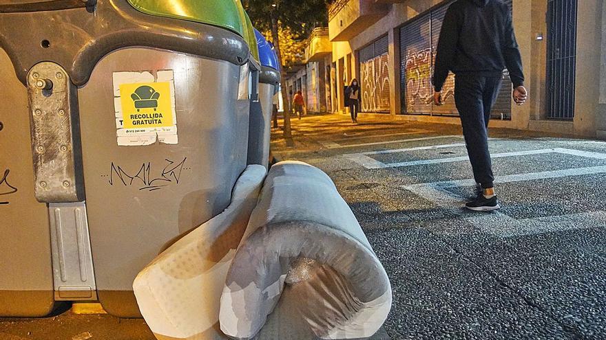 A Girona es llancen el doble de matalassos a la via pública que a la deixalleria