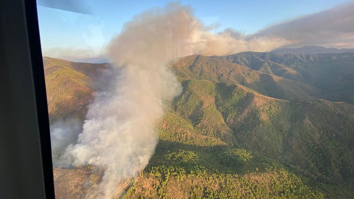 Una nube de humo se extiende sobre Sierra Bermeja.