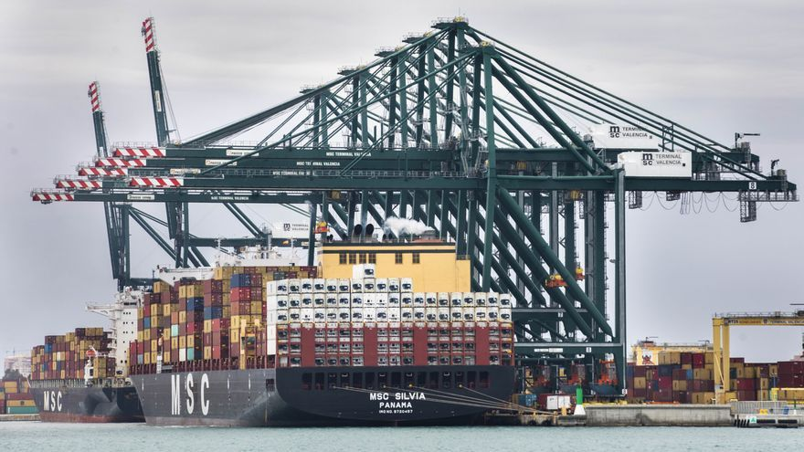 El déficit comercial bajó un 58% en 2020 pese a caer las exportaciones un 10%