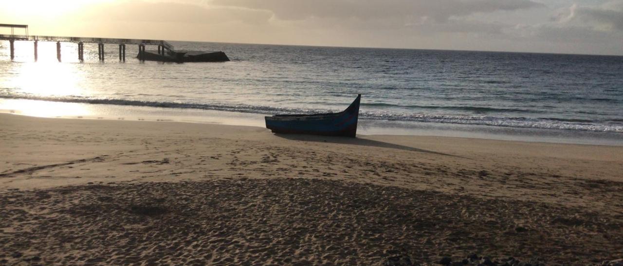 Patera que arribó este Viernes Santa a la playa de La Garita, en Arrieta (Haría).