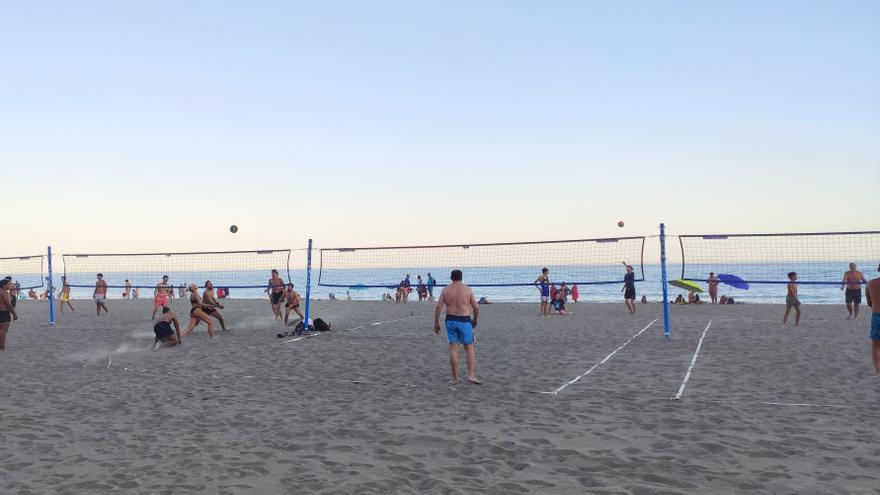 El Ayuntamiento de Estepona instala once pistas deportivas en distintos puntos de su litoral