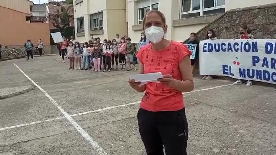 El colegio de Tornavacas protesta para que no le quiten un profesor interino