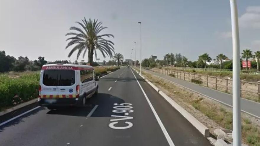 Fallece un motorista de 65 años al estrellarse contra una rotonda de la CV-905 en Rojales