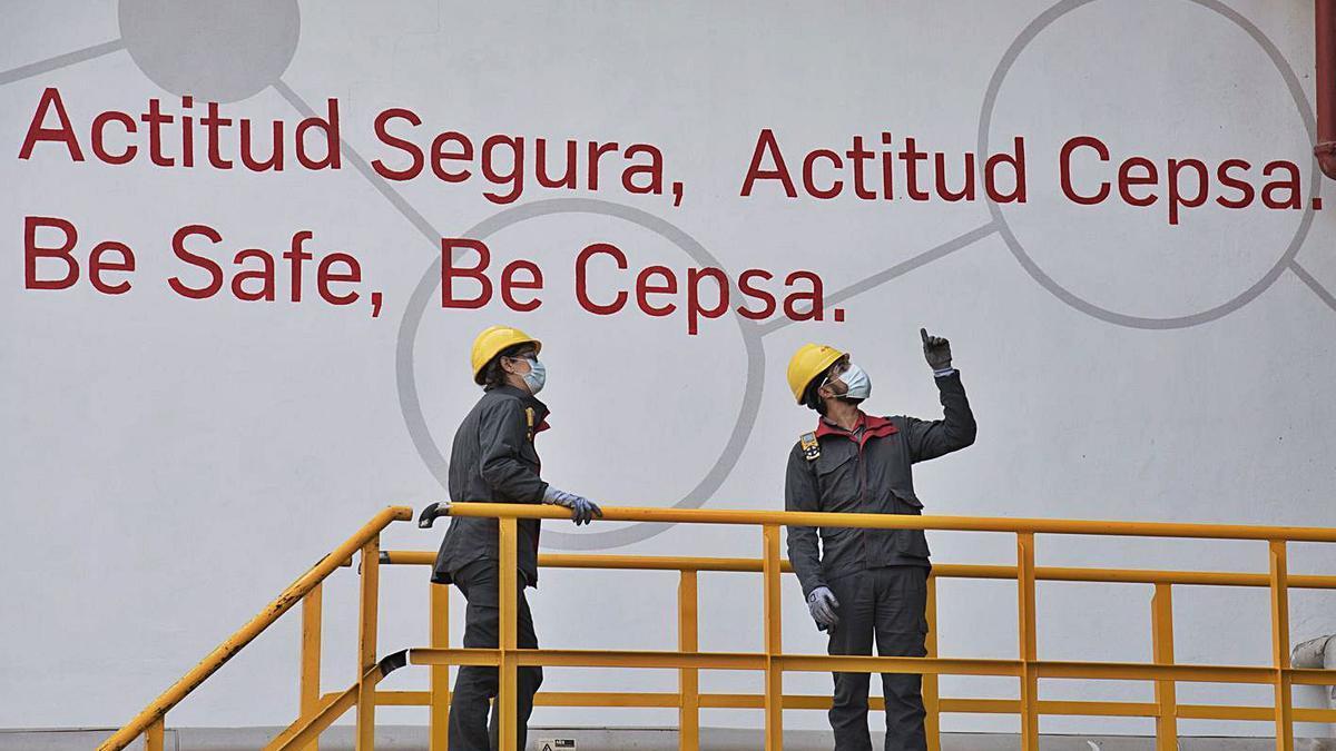 Dos empleados de la Refinería observan el estado de una infraestructura desde una plataforma. | | E.D.