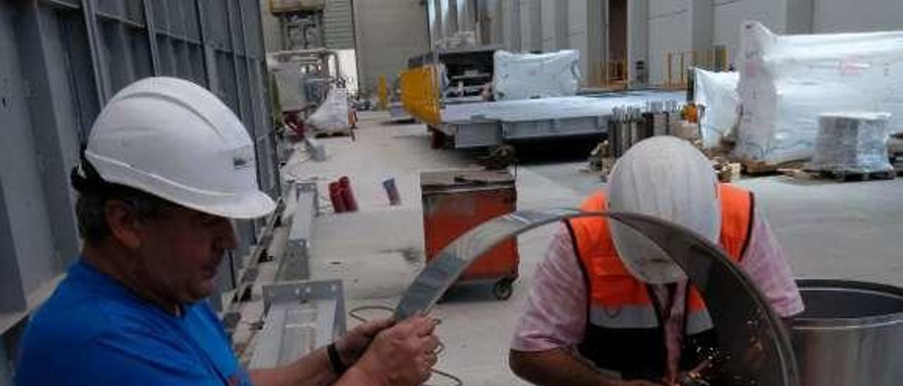 Trabajadores en las obras de la planta de Villallana.