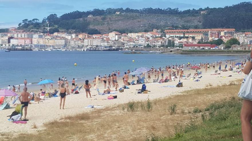Socorristas de Rodeira piden a los bañistas salir del mar por arroaces
