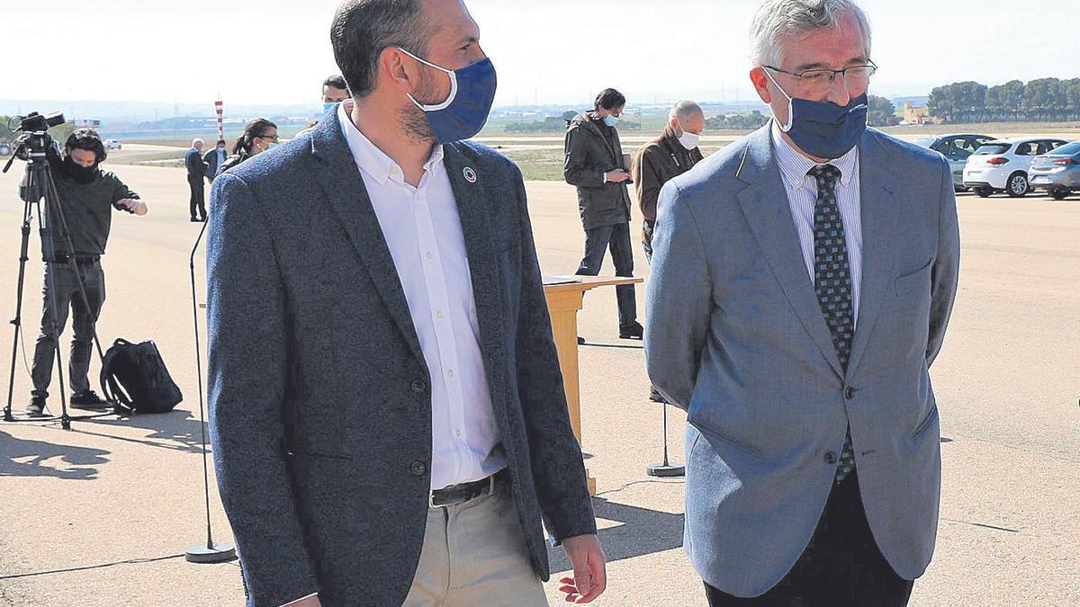 El director general de Medio Natural, Diego Bayona, y el consejero de Agricultura, Joaquín Olona, recientemente.