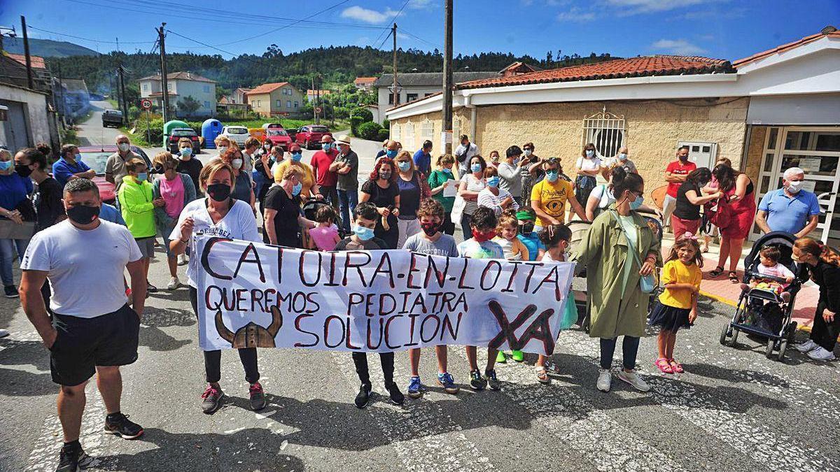Una de las protestas vecinales para reclamar pediatra, en Catoira.