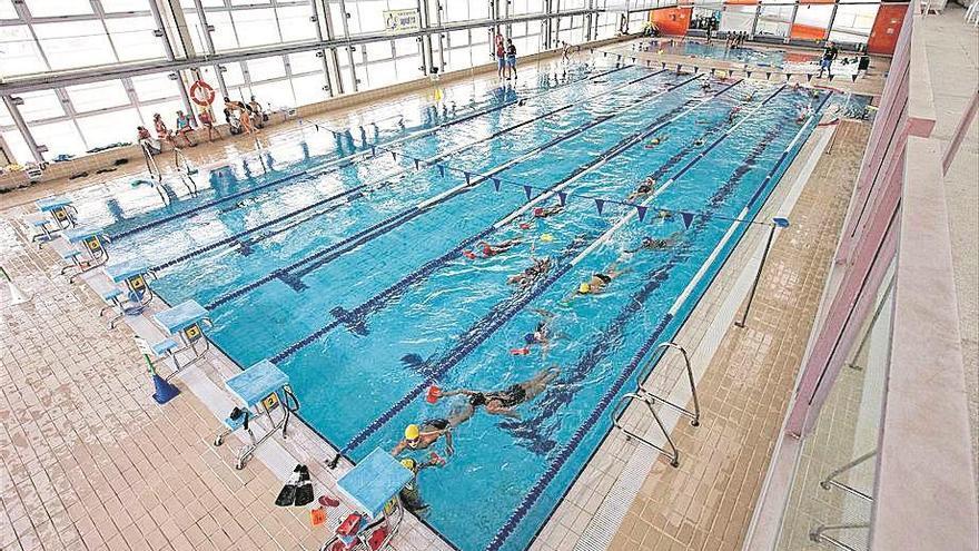 El personal denuncia impagos en la piscina cubierta de Puente Genil