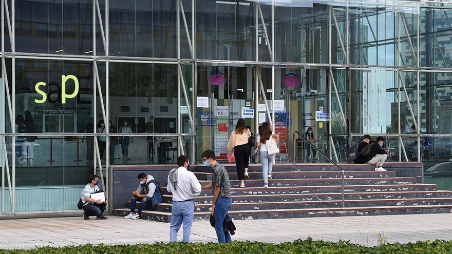 Unha profesora da Universidade da Coruña usa un tradutor automático para corrixir un traballo en galego