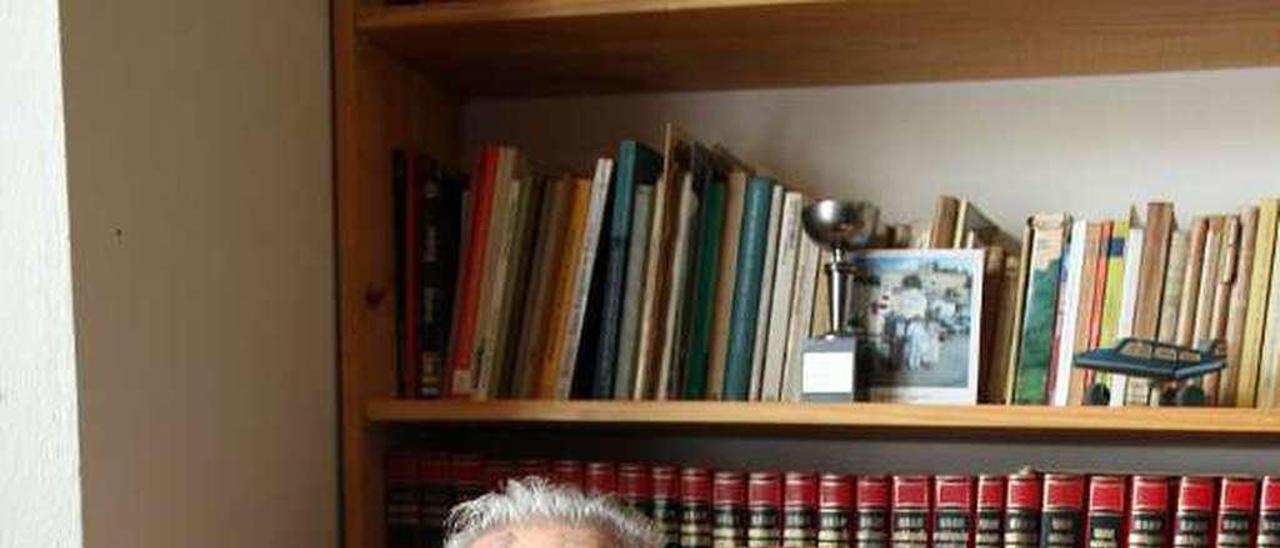 Antonio Murias, en su casa de Castropol.