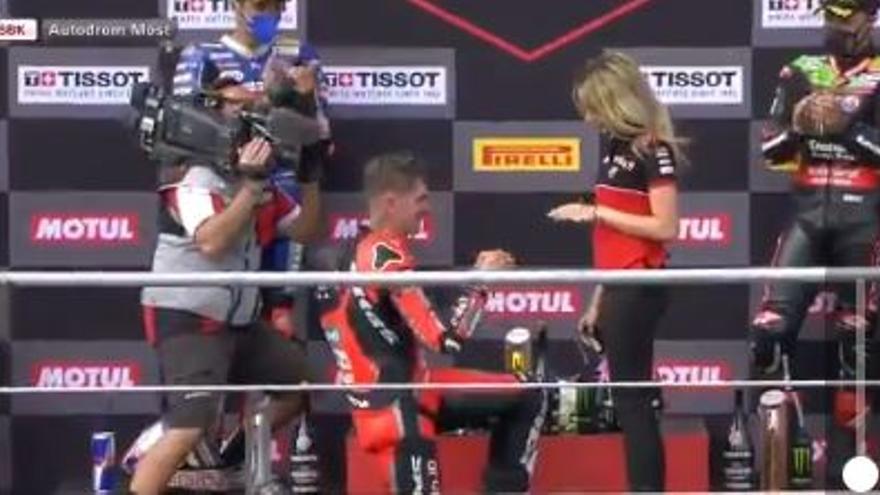 Vídeo: le pide matrimonio a su novia en el podio de Superbike