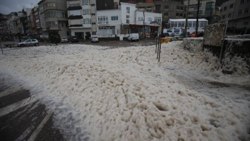 La espuma de mar toma el puerto de A Guarda