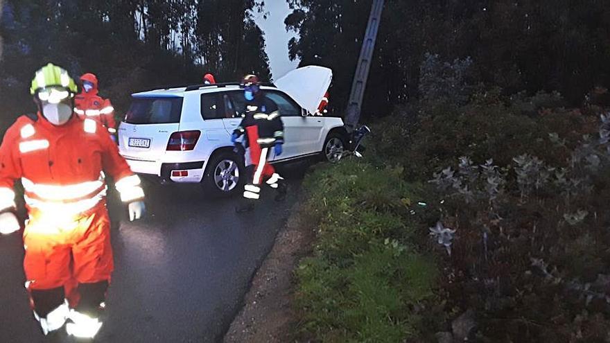 Tres heridos tras salirse de la vía un coche y colisionar contra un poste en A Pelada