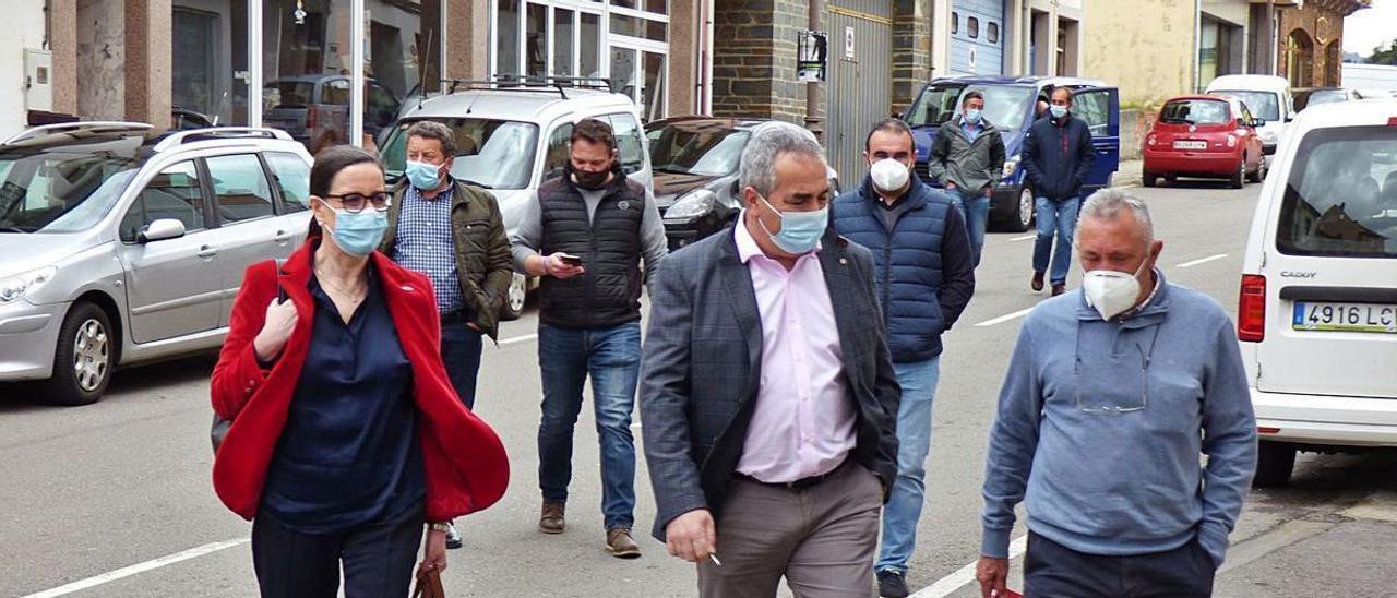 Por la izquierda, Nieves Roqueñí, César Villabrille y el alcalde Pesoz, José Valledor. Detrás, Wenceslao González, alcalde de Illano; Abel Lastra, de Villanueva de Oscos; y Víctor Lorido, de Santa Eulalia de Oscos.